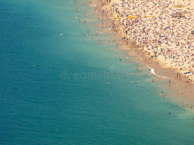 strand trängd ihop kust arkivfoto