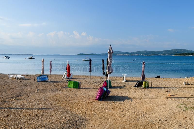 Strand in Turanj, klein dorp in Dalmatië, Kroatië, Eiland Pasman op achtergrond royalty-vrije stock foto