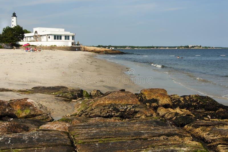 Strand umgibt Leuchtturm in Connecticut lizenzfreies stockbild