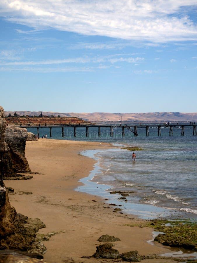 Strand und Anlegestelle - Christies Strand, Südaustralien stockbild
