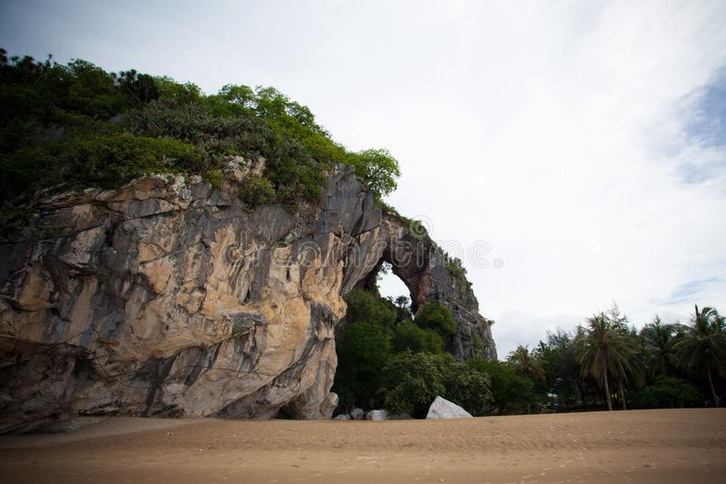 Strand und Berg stockfotografie