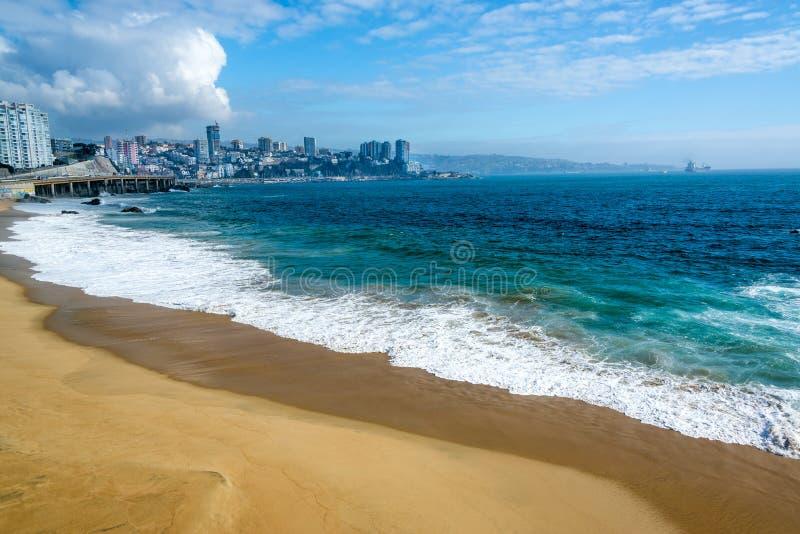 Strand und blaues Wasser stockbild