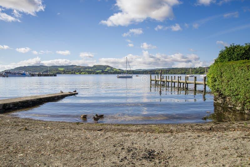 Strand und Boote Ambleside lizenzfreies stockbild