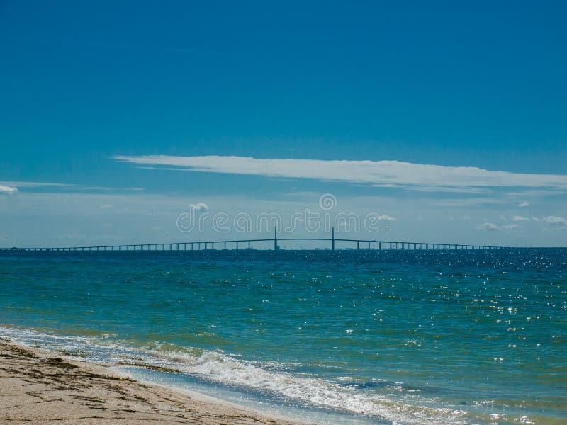 Strand und Brücke stockfoto