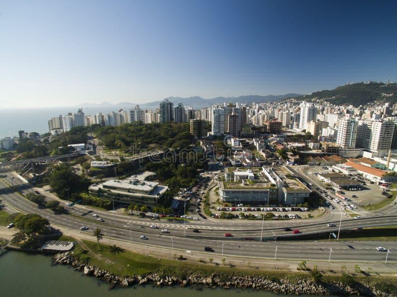 Strand und Gebäude Beira beschädigen Norte/Florianopolis Santa Catarina, Brasilien Juli 2017 stockbilder