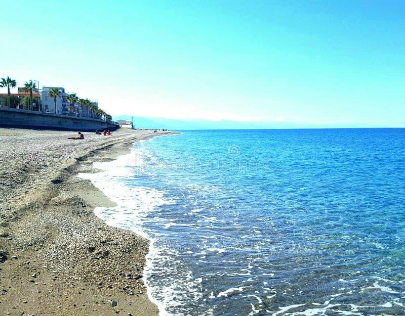 Strand und Meeri don& x27; t wissen, wenn sie für Schwimmen besser sind, nehmen die Sonne oder ein Foto von ihnen zu machen, mayb stockbild