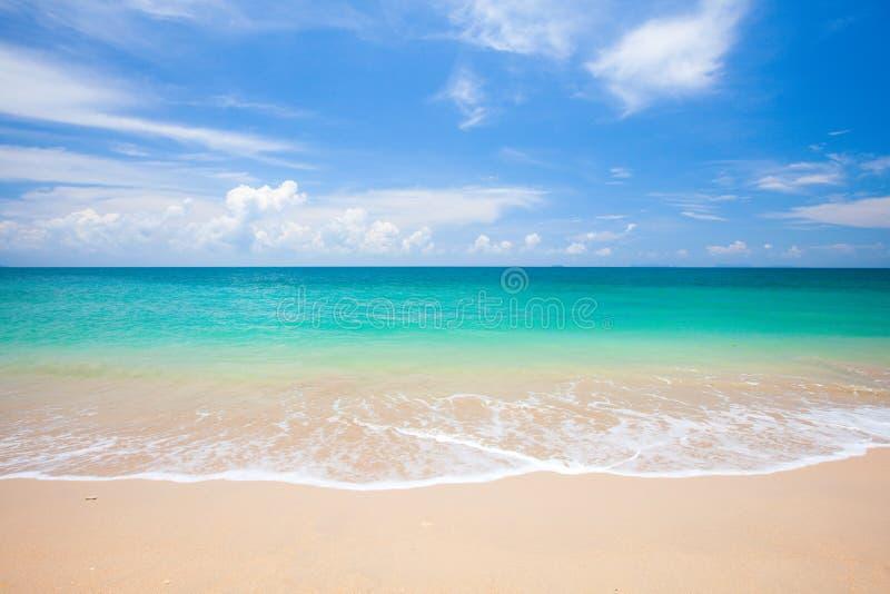 Strand und schönes tropisches Meer lizenzfreie stockfotos