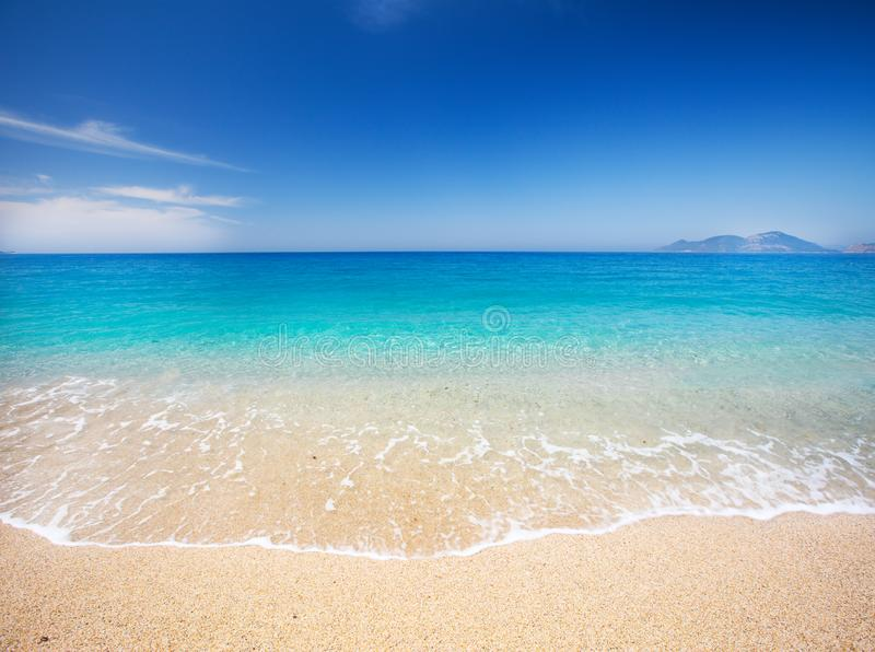Strand und schönes tropisches Meer lizenzfreie stockbilder