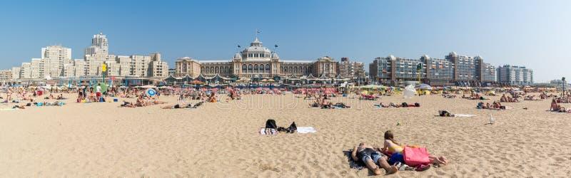 Strand und Skyline Kurhaus in Scheveningen, Den Haag, Netherland lizenzfreie stockbilder