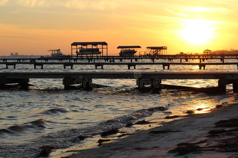 Strand und Sonnenunterganghimmel lizenzfreie stockfotografie