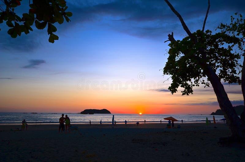 Strand und Sonnenunterganghimmel lizenzfreies stockbild
