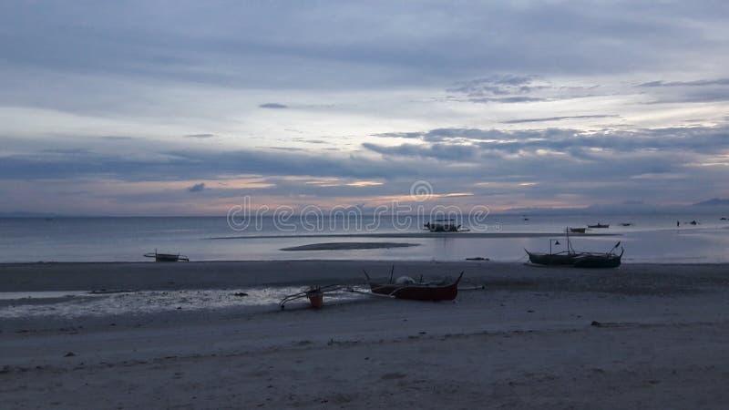Strand und Sonnenunterganghimmel stockfoto