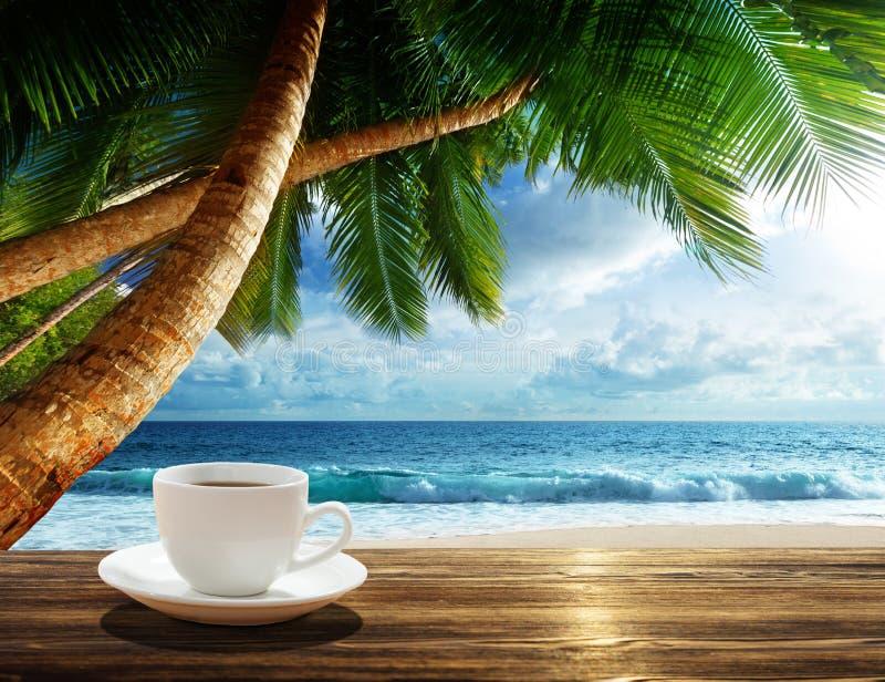 Strand und Tasse Kaffee stockfoto
