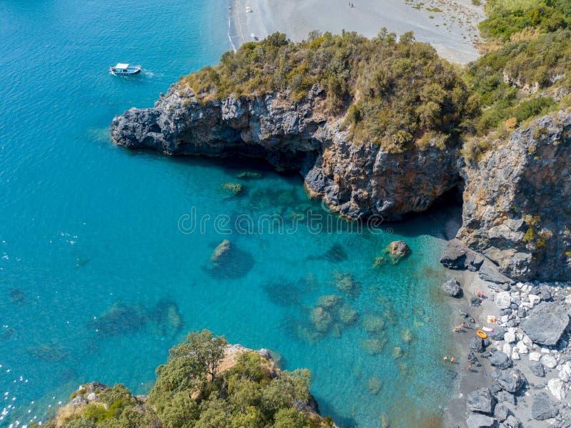 Strand und tyrrhenisches Meer, Buchten und Vorgebirge, die das Meer übersehen Italien Vogelperspektive, San Nicola Arcella, Kalab lizenzfreies stockfoto
