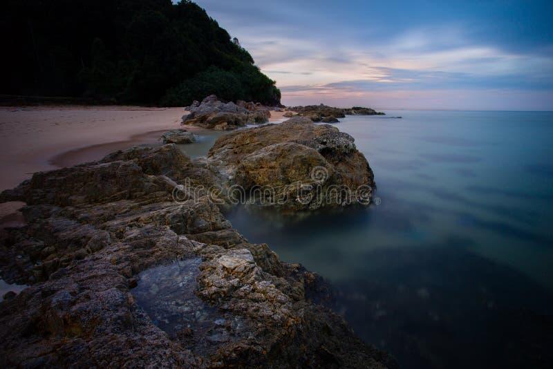Strand under solnedgång arkivfoto