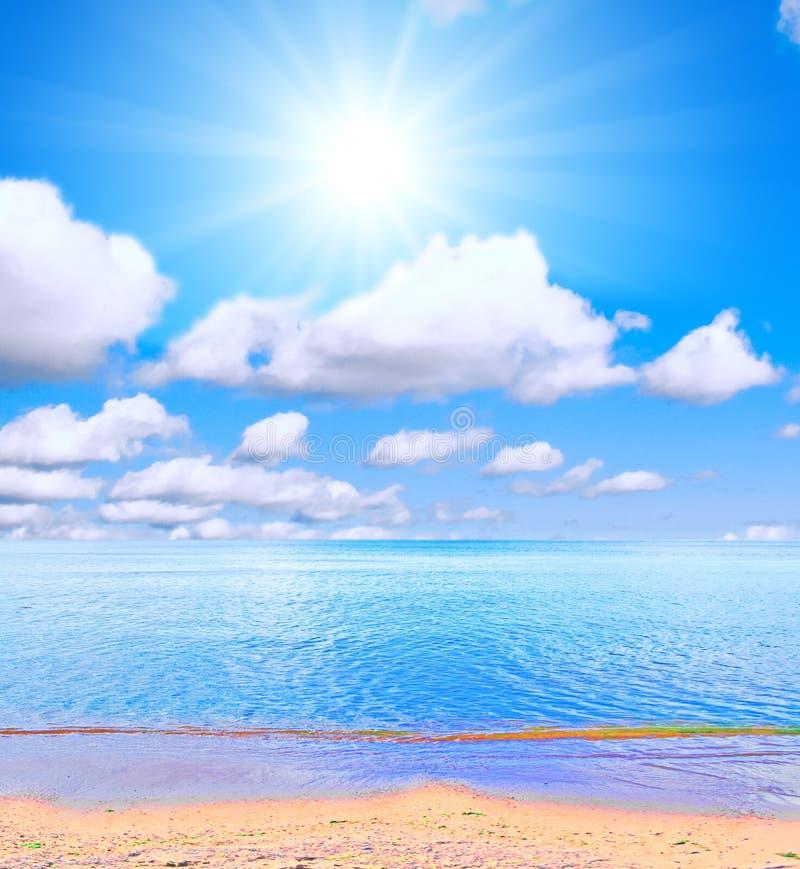 Strand unter Sonne lizenzfreie stockbilder