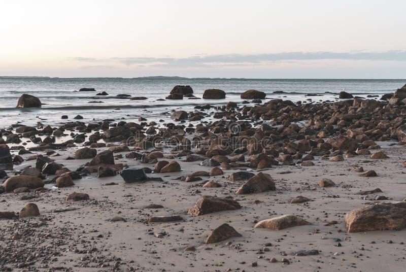 Strand van de de Buizerdenbaai van het motieonduidelijke beeld het rotsachtige royalty-vrije stock foto's