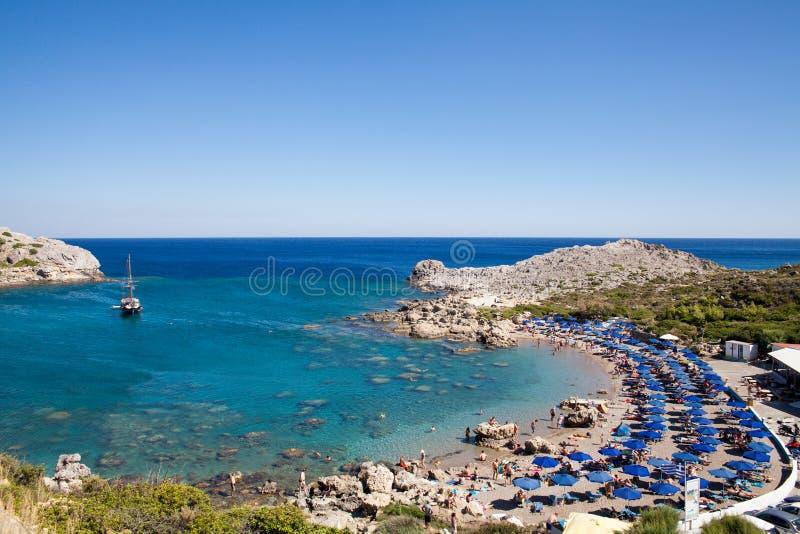 Strand van de kust van het Eiland Rhodos in Faliraki, Griekenland Kruis verwerkte kleurenstijl - retro toon Rotsachtige kust en o royalty-vrije stock foto's
