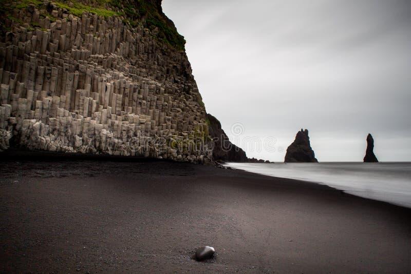 Strand van het het landschaps het zwarte zand van IJsland, Vik stock fotografie