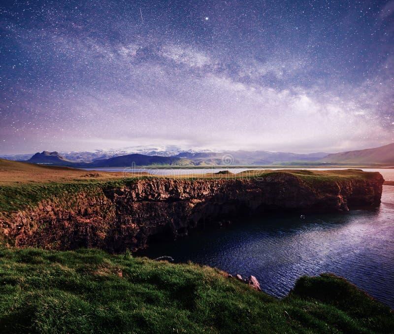 Strand van het Reynisfjara het zwarte zand in IJsland royalty-vrije stock foto