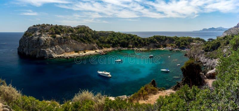 Strand von Anthony Quinn Bay auf Rhodos-Insel lizenzfreies stockfoto