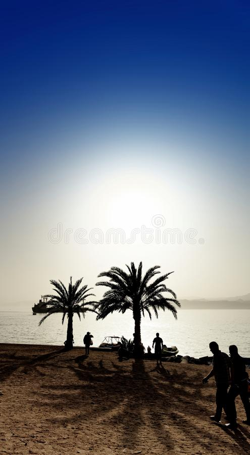 Strand von Aqaba in den letzten Strahlen der ersten Frühlingssonne, abstrakt entwickelt stockfoto