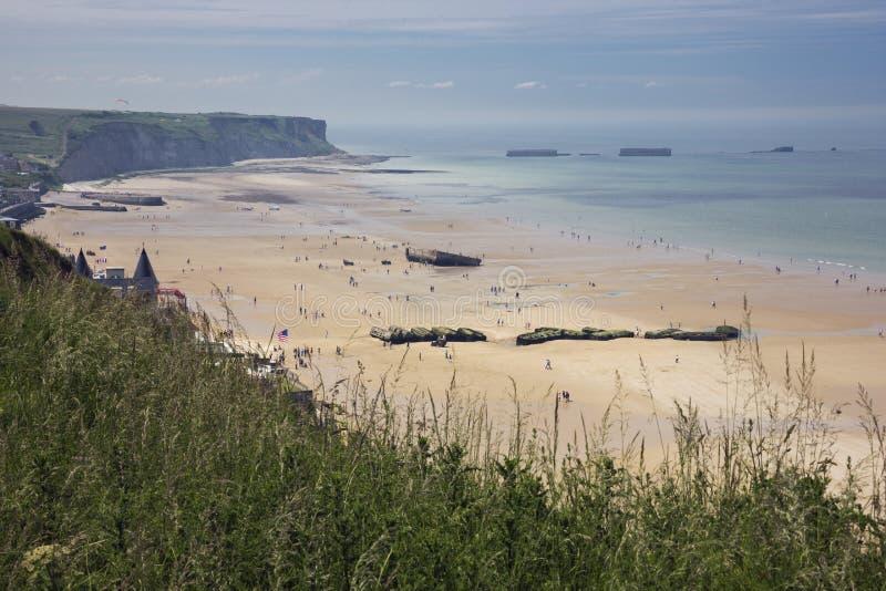 Strand von Arromanches mit Überresten des Maulbeerhafens stockbild