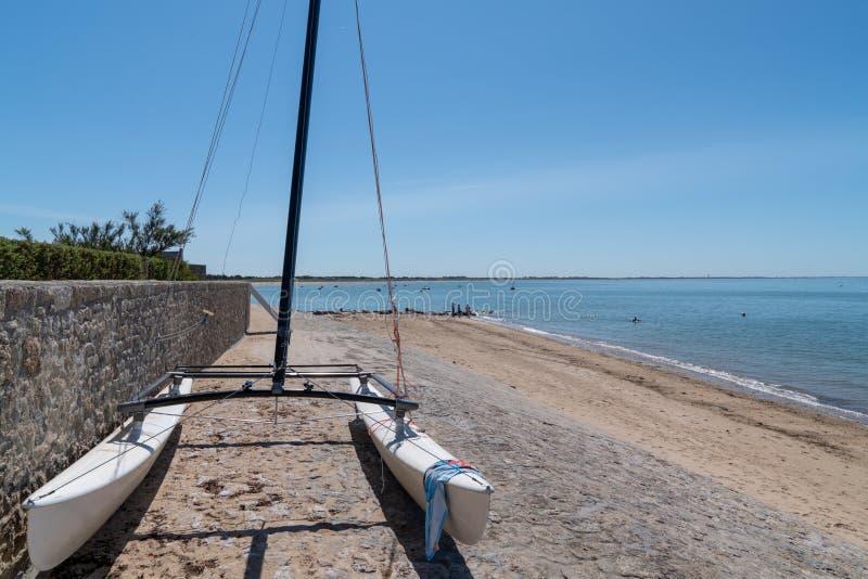 Am Strand von Noirmoutier parkendes Boot in Vendee Frankreich lizenzfreie stockfotografie
