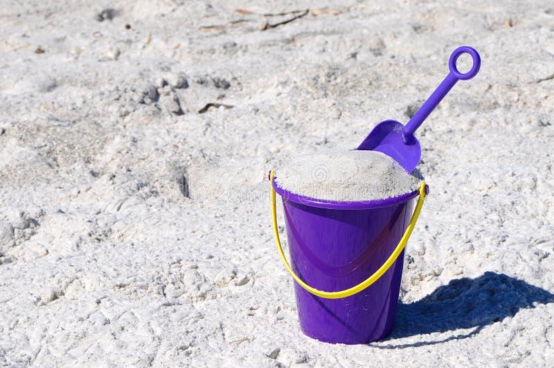 Strand-Wanne mit Schaufel stockfoto