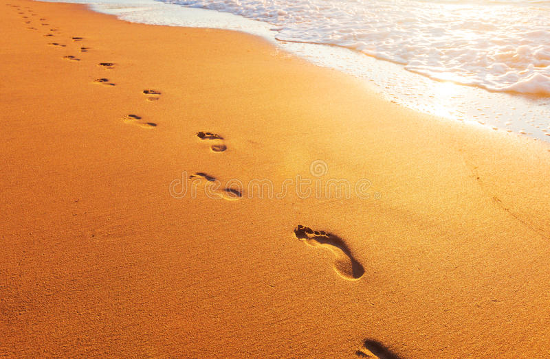 Strand, Welle und Abdrücke lizenzfreies stockfoto