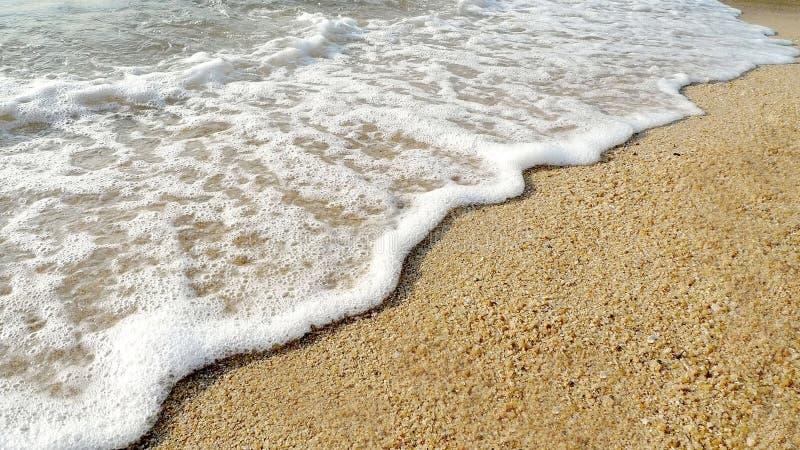 Strand, zand, overzees en golven royalty-vrije stock afbeelding