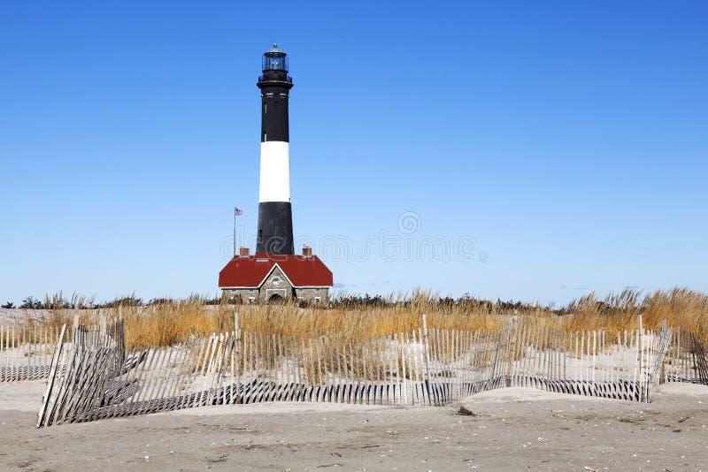Strand-Zaun und Leuchtturm stockbild