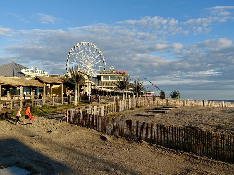 Strand-Zugang und berühmter Ferris Wheel stockfotos