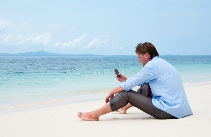 strandaffär som kallar cellmantelefonen arkivfoto