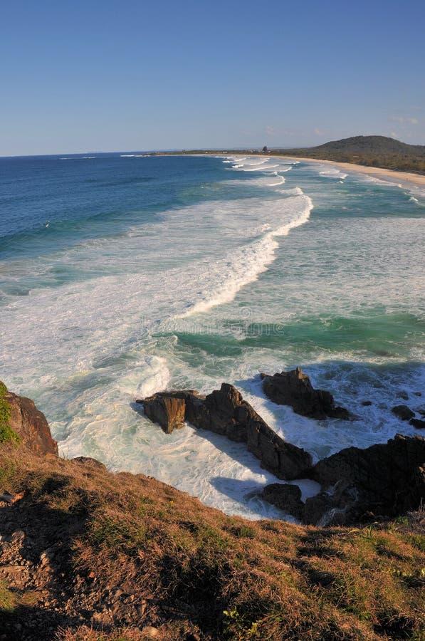 Strandansicht mit Wellenzeile stockfotos