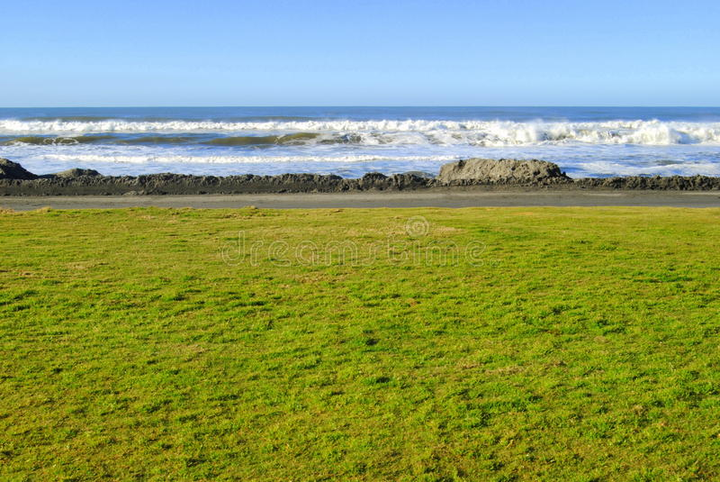Strandansicht von einem Park lizenzfreie stockbilder
