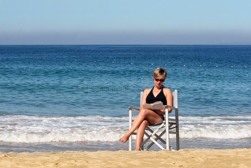 strandavläsningskvinna royaltyfria foton