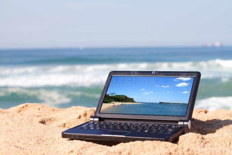strandbärbar dator royaltyfri bild