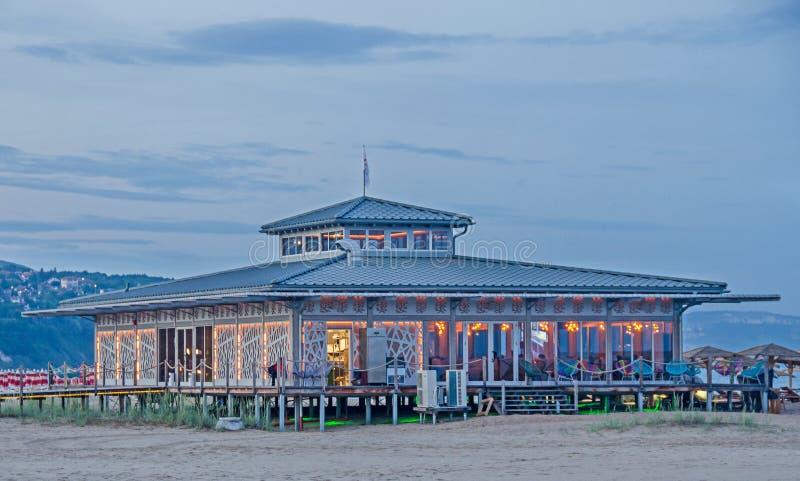 Strandbar dichtbij zeewater, lichten, nacht, partijtijd Albena, Bulgarije stock foto