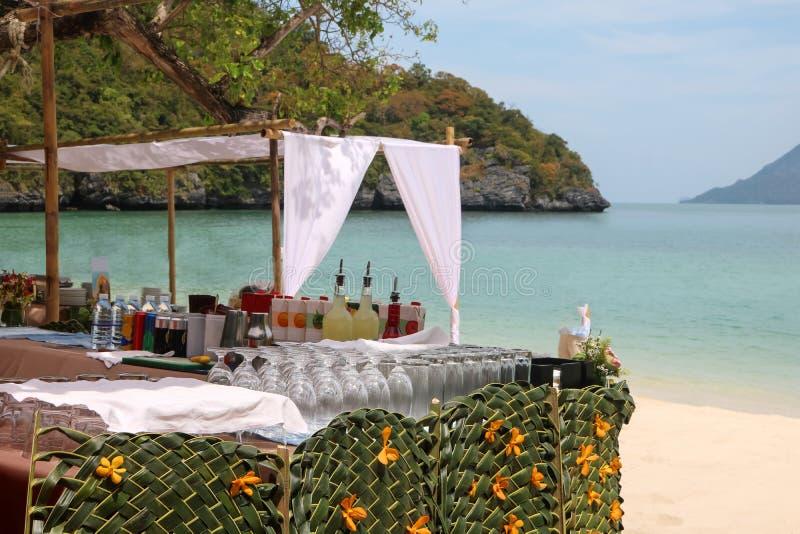 Strandbar, schlagen Satz des alkoholfreien Getränkes oder des Getränkes auf der Tropeninsel lizenzfreies stockbild