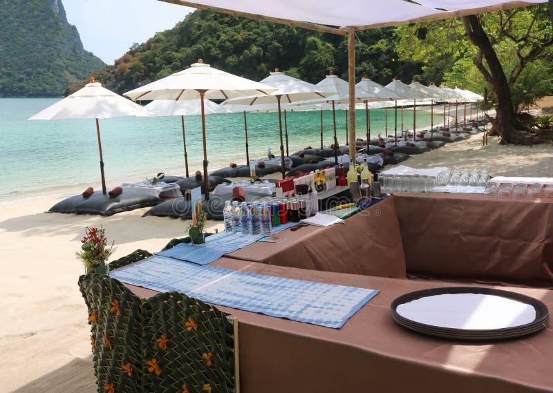 Strandbar, schlagen Satz des alkoholfreien Getränkes oder des Getränkes auf der Tropeninsel stockbilder