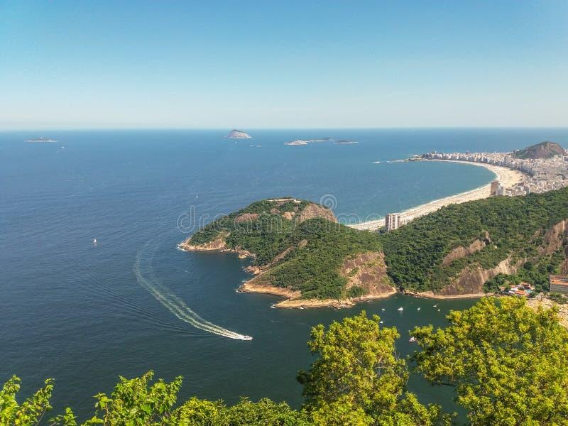 Strandberg och stad av Rio de Janeiro i Brasilien fotografering för bildbyråer