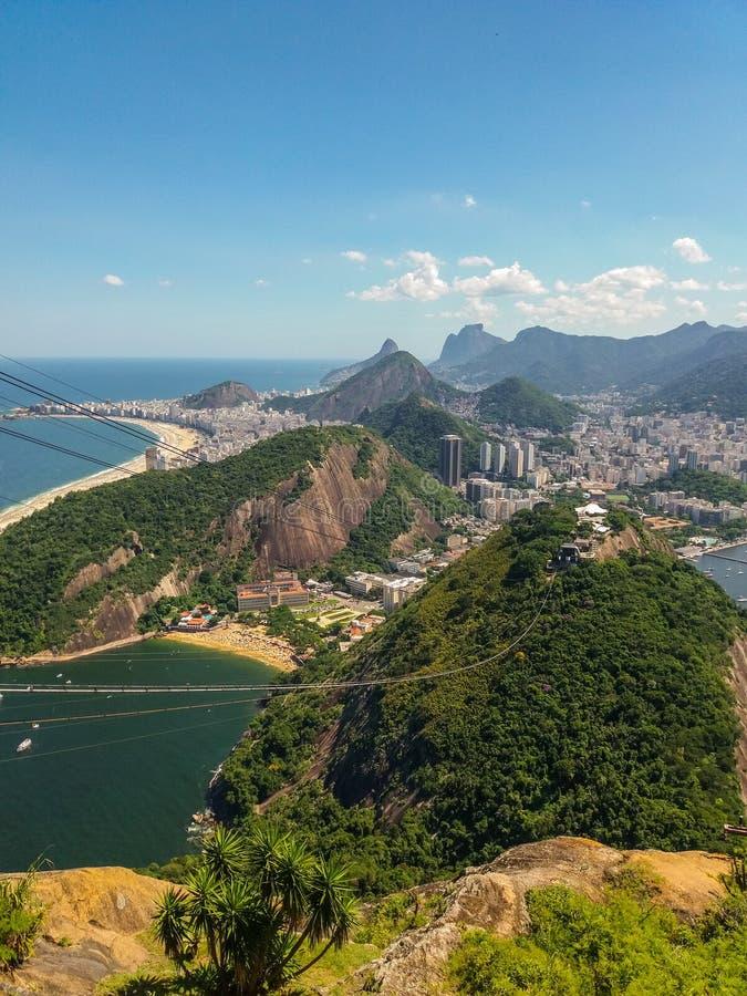 Strandberg och stad av Rio de Janeiro i Brasilien royaltyfri bild