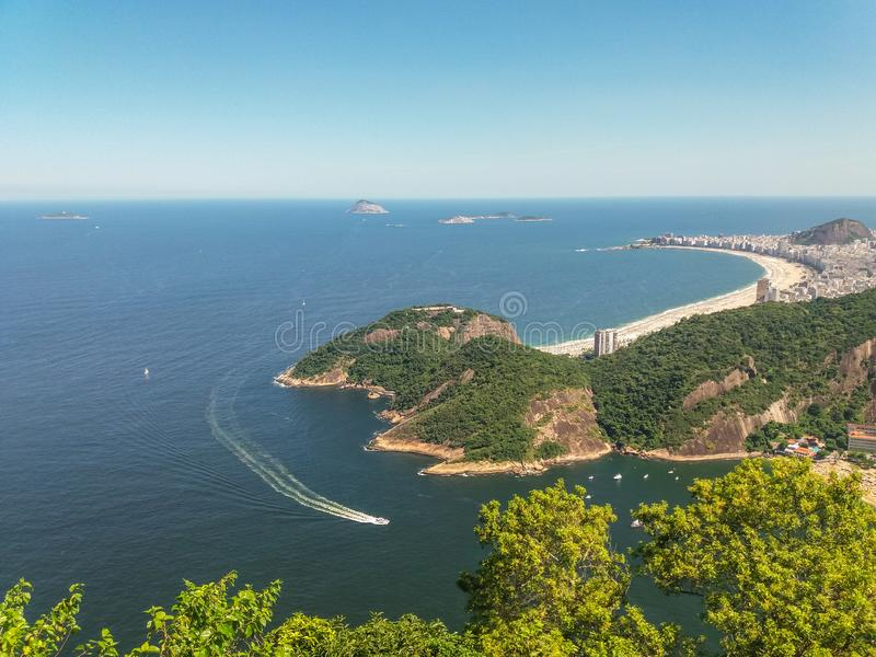 Strandberge und Stadt von Rio de Janeiro in Brasilien stockbild