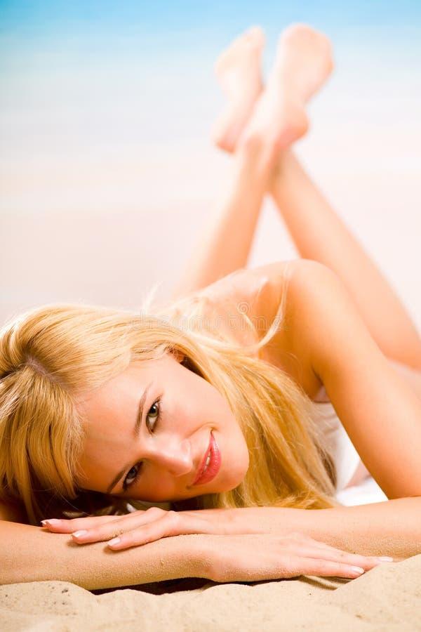 strandbikinikvinna royaltyfri bild