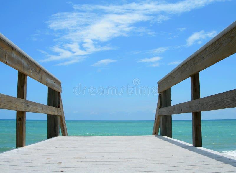 strandboardwalk in mot royaltyfri foto