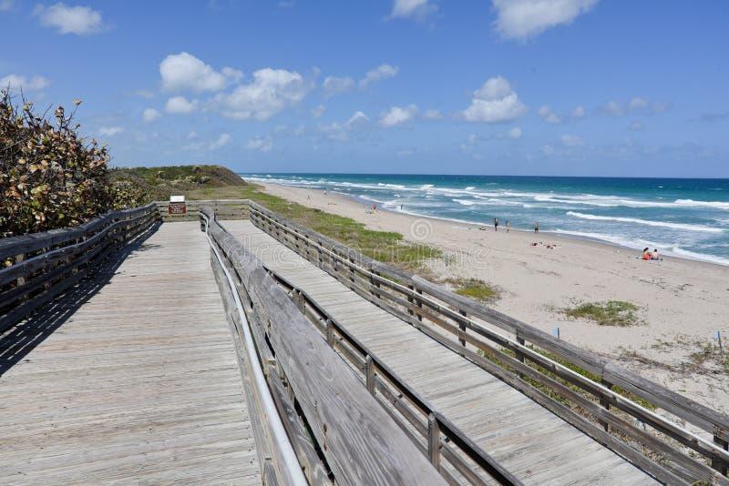 strandboardwalk till arkivbild