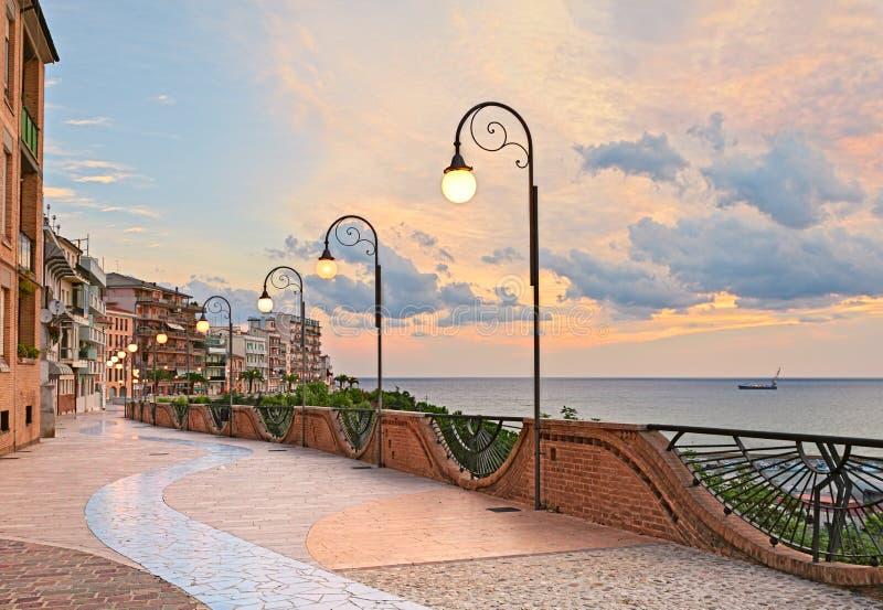 Strandboulevard bij dageraad in Ortona, Abruzzo, Italië - mooi terras met straatlantaarn op het Adriatische overzees stock fotografie