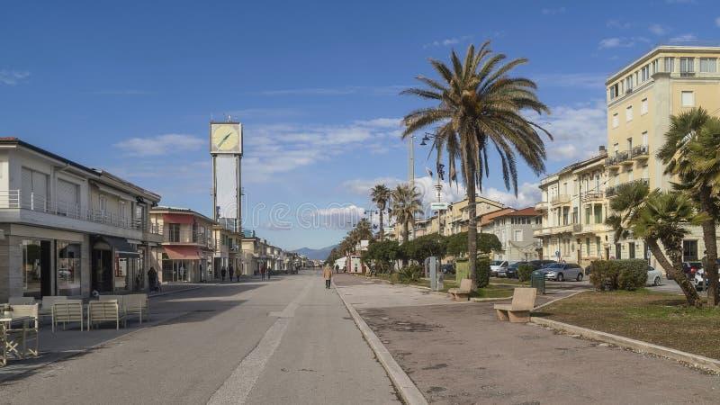 Strandboulevard en klokketoren in Viareggio, Luca, Toscanië, Italië stock fotografie