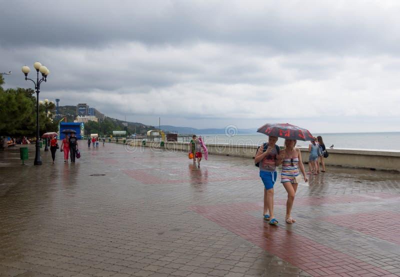 Strandboulevard van Alushta in regenachtig weer stock afbeelding